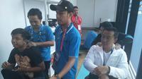 Menteri Pemuda dan Olahraga (Menpora) RI, Imam Nahrawi (kanan), mencoba fasilitas pijat tuna netra di Main Press Centre, GBK Arena, Senayan, Jumat (12/10/2018). (KLY Sports/Fitri Apriani)