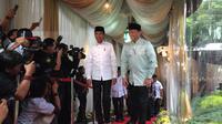 Ketua DPR RI Bambang Soesatyo menyambut hangat kedatangan Presiden Joko Widodo atau Jokowi di rumah dinasnya. (Merdeka.com)