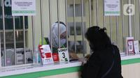Karyawan PT Pegadaian (Persero) melayani nasabah di kantor pegadaian kawasan Jakarta, Rabu (4/8/2021). Pandemi Covid-19 yang masih berlangsung ternyata membuat jumlah nasabah yang menggadaikan barang mereka untuk berbagai kebutuhan sehari-hari meningkat pesat. (Liputan6.com/Angga Yuniar)