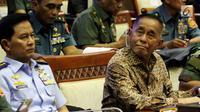 Menteri Pertahanan Ryamizard Ryacudu (kanan) saat mengikuti rapat dengan Komisi I DPR di Senayan, Jakarta, Kamis (7/6). Rapat ini membahas Rencana Kerja dan Anggaran Kementerian dan Lembaga (RKAKL). (Liputan6.com/JohanTallo)