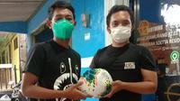 Beckham Putra Nugraha memberikan oleh-oleh berupa 4 buah bola untuk sebuah klub kecil di sekitar kediamannya, Gedebage, Kota Bandung. (Erwin Snaz/Bola.com)