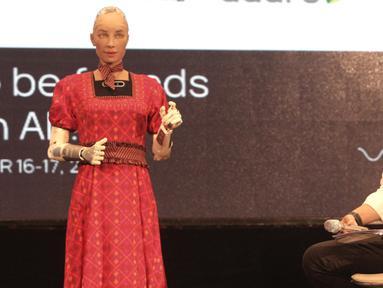 Menteri Komunikasi dan Informatika Rudiantara (kanan) berinteraksi dengan robot Sophia dalam dialog internasional CSIS di Hotel Borobudur, Jakarta, Selasa (17/9/2019). Sophia yang disebut-sebut sebagai robot tercerdas di dunia itu tampil mengenakan kebaya merah. (merdeka.com/Iqbal Nugroho)