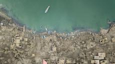 Pandangan udara memperlihatkan bangunan-bangunan yang tertutup abu vulkanik akibat letusan Gunung Taal di Desa Buso Buso, Laurel, Provinsi Batangas, Filipina, Kamis (17/1/2020). Pihak berwenang Filipina memperingatkan bahwa potensi Gunung Taal untuk kembali meletus masih tinggi. (Ed JONES/AFP)