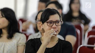 Jemaat mengusap air mata saat menyaksikan prosesi jalan salib di Gereja Katedral, Jakarta, Jumat (30/3). Banyak di antara jemaat yang menangis mengenang pengorbanan Yesus. (Liputan6.com/Faizal Fanani)