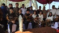 Presiden keenam Susilo Bambang Yudhoyono ziarah ke makam almarhumah istrinya, Kristiani Herrawati atau akrab disapa Ani Yudhoyono, di Taman Makam Pahlawan (TMP) Kalibata, Jakarta Selatan.  (dok. Merdeka.com)