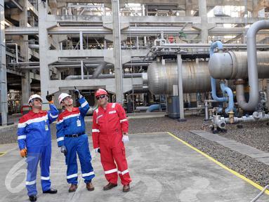 Direktur Pengolahan PT. Pertamina (Persero) Rachmad Hardadi (kiri) berbincang dengan GM PT. Pertamina (Persero) RU VI Balongan Yulian Dekri (tengah) disela inspeksi operasi RU VI Balongan di Indramayu, Jawa Barat, Kamis (14/1). (Liputan6.com/Helmi Afandi)