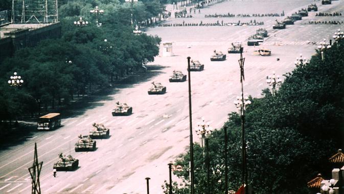 Sudut pandang lain pada foto ikonik 'Tank Man' yang diambil Stuart Franklin dari Magnum Photos (Stuart Franklin / Magnum Photos / public domain)