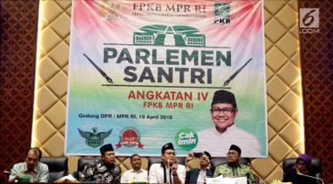 Wakil Ketua MPR Muhaimin Iskandar atau Cak Imin (tengah) memberi sambutan dalam Parlemen Santri Angkatan IV F-PKB MPR RI, Jakarta, Kamis (19/4). Acara ini dihadiri perwakilan santri dari seluruh Nusantara. (Liputan6.com/Johan Tallo)