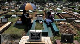 Masyarakat Indonesia banyak yang melakukan Ziarah Makam pada hari kedua Lebaran. Ziarah dilakukan untuk mendoakan keluarga yang telah meninggal dunia. (Liputan6.com/Johan Tallo)