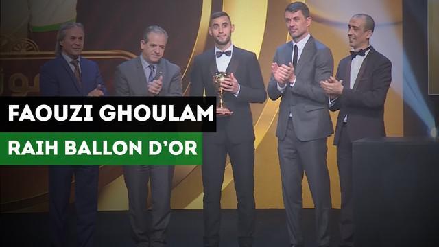 Legenda AC Milan, Paolo Maldini menyerahkan Trofi Ballond d'Or Aljazair kepada pemain Napoli, Faouzi Ghoulam.