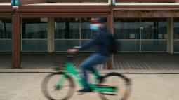 Seorang pria bersepeda melewati restoran yang tutup di Barcelona, Spanyol, 25 Oktober 2020. PM Spanyol Pedro Sanchez mengumumkan Status Darurat untuk meredam penyebaran COVID-19, beberapa hari setelah Spanyol menjadi negara Uni Eropa pertama yang menembus angka 1 juta kasus. (Xinhua/Joan Gosa)