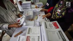 Sejumlah pekerja melipat surat suara Pemilihan Umum 2019 di gudang logistik KPU Jakarta Pusat, Selasa (19/2). Tugas pertama para pekerja ialah menyortir surat suara antara surat suara yang cacat dan yang tidak cacat.(Www.sulawesita.com)