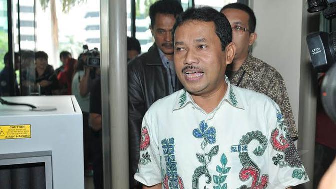 Senin (13/01/14), Bupati Bogor, Rachmat Yasin mendatangi gedung KPK untuk diperiksa sebagai saksi terkait kasus Hambalang (/Johan Tallo)