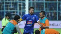 Hamka Hamzah mengalami luka di mulut saat membela Arema melawan Barito Putera, Senin (5/3/2019) di Stadion Kanjuruhan, Malang. (Bola.com/Iwan Setiawan)