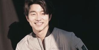 Gong Yoo merupakan salah satu aktor Korea yang punya lesung pipi menawan. Hal itu membuat senyumannya semakin manis. (Foto: dramafever.com)