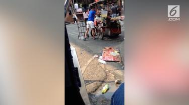 Penjual minuman di Filipina tertangkap kamera menggunakan es balok yang jatuh ke tanah tanpa dicuci terlebih dahulu.