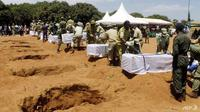 Jasad para korban kapal feri yang tenggelam di Danau Victoria, Tanzania, mulai dimakamkan (Stringer / AFP PHOTO)