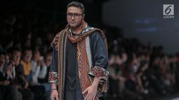 Artis peran Surya Saputra mengenakan busana rancangan Anne Avantie yang bertajuk Badai Pasti Berlalu pada perhelatan Jakarta Fashion Week 2019 di Senayan City, Jakarta, Selasa (23/10). (Liputan6.com/Faizal Fanani)