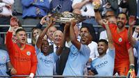 Para pemain Manchester City merayakan gelar juara usai mengalahkan Chelsea pada laga Community Shield di Stadion Wembley, London, Minggu (5/8/2018). Man City menang 2-0 atas Chelsea. (AFP/Glyn Kirk)