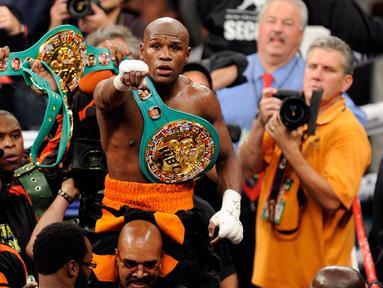 Floyd Mayweather Jr. merayakan kemenangan atas Victor Ortiz dengan KO ronde 4 untuk merebut gelar juara dunia Kelas Welter WBC. 17 September 2011. (AFP).