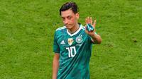 Gelandang timnas Jerman, Mesut Oezil, memutuskan pensiun dari pentas internasional, Minggu (22/7/2018). (AFP/Luis Acosta)