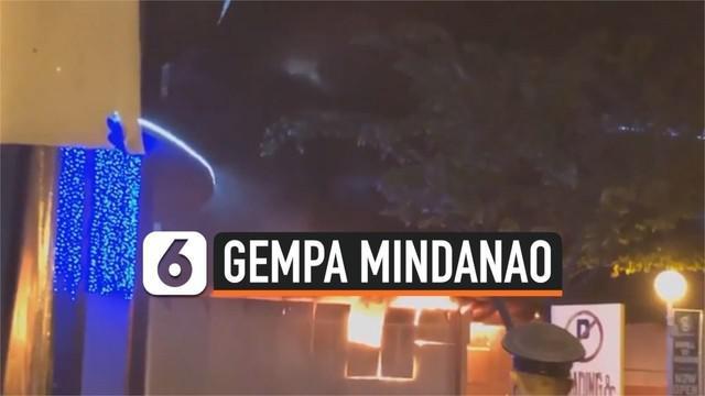 Gempa magnitudo 6,4 mengguncang Mindanao, Filipina. Sejumlah bangunan rusak akibat guncangan gempa, atap mal ambruk hingga sebuah bangunan terbakar.