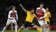 Aksi Mesut Ozil saat berduel dengan pemain Wolverhampton pada laga lanjutan Premier League, yang berlangsung Minggu (11/11) di stadion Emirates. Arsenal ditahan imbang Wolverhampton 1-1. (AFP/Daniel Olivas)