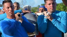 Petugas membopong lumba-lumba untuk dipindahkan ke Dolphinarium di Cienfuegos, Kuba (8/9). Sebelumnya, pada Jumat (8/9) badai Irma menguat dan mendarat di Kuba. (Osvaldo Gutierrez Gomez / ACN via AP)