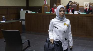 Terdakwa dugaan suap terhadap anggota DPR Bowo Sidik Pangarso yang juga Marketing Manager PT HTK, Asty Winasti saat sidang pembacaan putusan di Pengadilan Tipikor, Jakarta, Rabu (21/8/2019). Asty divonis bersalah dan dihukum 1,5 tahun penjara, denda Rp50 juta. (Liputan6.com/Helmi Fithriansyah)