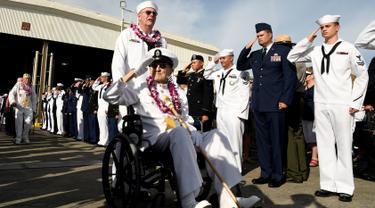 Tentara memberikan hormat kepada veteran perang Pearl Harbor, Robert Coles sebelum upacara peringatan ke-75 tahun pengeboman Pearl Harbor di Honolulu, Hawaii (7/12). (Reuters/Hugh Gentry)