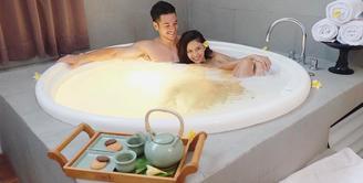 Nana Mirdad memang tak malu untuk memperlihatkan kemesraannya dengan sang suami, Andrew White. Salah satunya adalah saat mereka menghabiskan waktu di bathtub. (Foto: instagram.com/nanamirdad_)