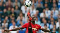 Gelandang Manchester United, Paul Pogba mengontrol bola saat bertanding melawan Brighton & Hove Albion pada lanjutan Liga Inggris di stadion Amex, Brighton, (19/8). Brighton & Hove Albion berhasil mengalahkan MU 3-2. (AP Photo/Alastair Grant)
