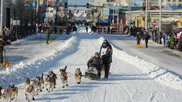 Juara bertahan, Joar Lefseth Ulsom dan gerombolan anjingnya mengikuti perlombaan kereta luncur anjing Trail Iditarod di Anchorage, Alaska, 2 Maret 2019. Sekitar 52 penggembala akan memulai balapan selama delapan hingga 9 hari. (AP/Michael Dinneen)