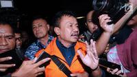 Bupati Jombang Nyono Suharli Wihandoko (tengah) menjawab pertanyaan usai menjalani pemeriksaan di Gedung KPK, Jakarta, Minggu (4/2). Nyono menjadi tersangka suap perizinan pengurusan jabatan di Pemkab Jombang. (Liputan6.com/Helmi Fithriansyah)