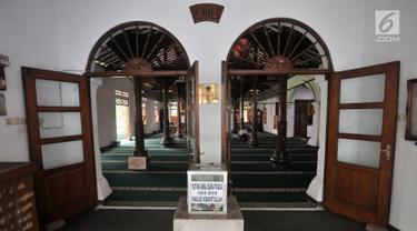 Tampak pintu utama Masjid Hidayatullah di Setiabudi, Jakarta, Senin (28/5). Masjid ini merupakan salah satu masjid tertua di Jakarta yang didirikan 1747 di atas tanah yang diwakafkan saudagar bernama Muhammad Yusuf. (Merdeka.com/Iqbal S Nugroho)