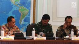 Menteri Perhubungan Budi Karya Sumadi (kanan) bersama Panglima TNI Marsekal Hadi Tjahjanto (tengah) dan Kapolri Jenderal Polisi Tito Karnavian (kiri) saat mengikuti rapat terbatas di Istana, Jakarta, Selasa (2/10). (Liputan6.com/Angga Yuniar)