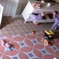 Mungkin ikatan batin antara mereka yang memberi kekuatan pada anak kembar ini untuk saling menolong. (Foto: dailymail.co.uk)