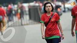 Ketegangan juga terlihat dari wajah suporter wanita jelang laga Indonesia U19 vs Korea Selatan di Stadion GBK Jakarta (Liputan6.com/Helmi Fithriansyah)