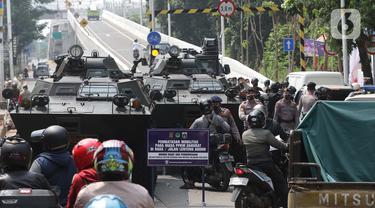 FOTO: Penyekatan PPKM Darurat di Jalan Lenteng Agung Raya