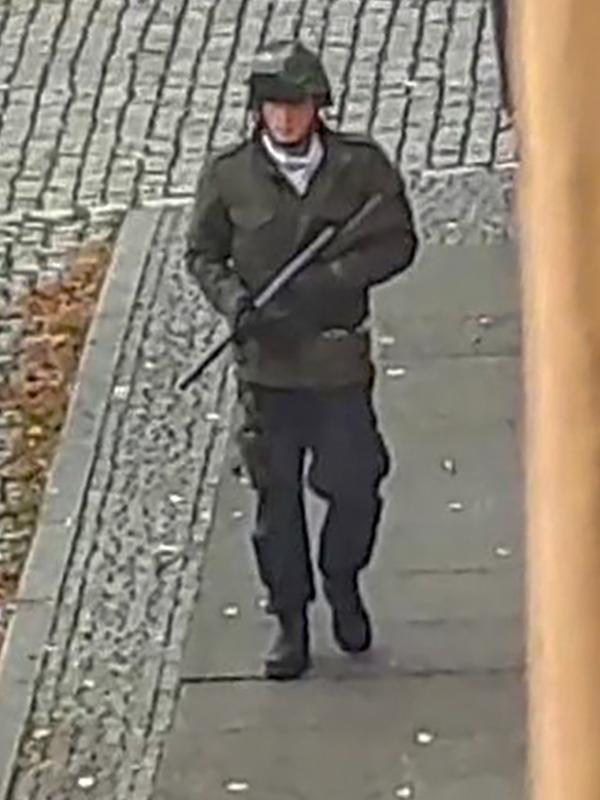 Seorang pria berjalan membawa senjata di jalanan Halle an der Saale, Halle, Jerman, Rabu (9/10/2019). Selain melepaskan tembakan, pelaku juga sempat melemparkan sebuah granat tangan ke pemakaman Yahudi. (Andreas Splett/ATV-Studio Halle/AFP)