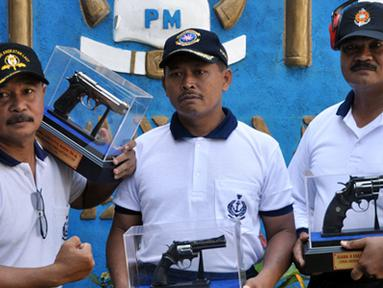 Citizen6, Surabaya: Pada perlombaan menembak Executive Pati TNI AL untuk juara 1 dimenangkan oleh Komandan Pasmar-1 Brigadir Jenderal TNI (Mar) A. Faridz Washington dengan nilai 184. (Pengirim: Budi Abdillah)