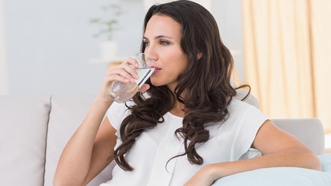 Minum Air Putih Sebelum Dan Setelah Bangun Tidur Manfaatnya Wow Beauty Fimela Com