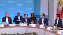 Presiden Joko Widodo mendengarkan penjelasan Presiden AS, Barack Obama dalam ASEAN-US Summit Reatreat I California, AS (15/2). Presiden menekankan dua prioritas kerjasama UMKM serta teknologi dan ekonomi digital. (Setpres/Ari Dwipayana)