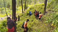 Pencarian Nenek Datem di hutan sekitar kawasan obyek wisata Wadas Tumpang, Jatilawang, Banyumas. (Foto: Liputan6.com/Tagana Banyumas/Muhamad Ridlo)