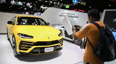 Seorang pengunjung memotret mobil Lamborghini Urus di Bangkok International Motor Show ke-41 di Bangkok, Thailand, pada 16 Juli 2020. Bangkok International Motor Show ke-41 dimulai pada 15 Juli dan akan berlangsung hingga 26 Juli di Bangkok. (Xinhua/Zhang Keren)