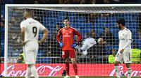 1. Ekspresi  Courtois usai gawang nya di bobol oleh pemain Real Sociedad Willian Jose pada laga lanjutan La Liga Spanyol yang berlangsung di Stadion Santiago Bernabeu, Madrid, Senin (7/1). Real Madrid kalah 0-2 kontra Real Sociedad. (AFP/Gabriel Bouys)