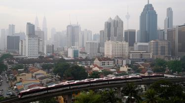 Pemandangan saat kabut asap pekat menyelimuti Kuala Lumpur, Malaysia, Sabtu (14/9/2019). Kabut asap yang menyelimuti Kuala Lumpur dalam beberapa hari terakhir diakibatkan oleh kebakaran hutan. (AP Photo/Vincent Thian)