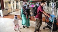 Calon penumpang di Terminal 2 Bandara Soekarno Hatta, Tangerang, Banten, Rabu (10/6/2020). PT Angkasa Pura II selaku pengelola bandara mulai menjalankan skenario protokol penerapan tatanan normal baru mulai dari pemeriksaan kesehatan, penggunaan fasilitas bandara. (Liputan6.com/Faizal Fanani)