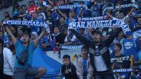 Suporter PSIS Semarang ketika mendukung klub kebanggaannya di Stadion Moch Soebroto, Magelang. (Bola.com/Vincentius Atmaja)