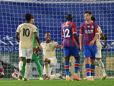 Penyerang Manchester United, Anthony Martial (tengah) merayakan gol yang dicetaknya ke gawang Crystal Palace pada dalam laga Liga Inggris pekan ke-36 di Selhurst Park, London, Kamis (16/7/2020).  MU meraih kemenangan di kandang Crystal Palace dengan skor 2-0. (AP Photo/Glyn Kirk, Pool)